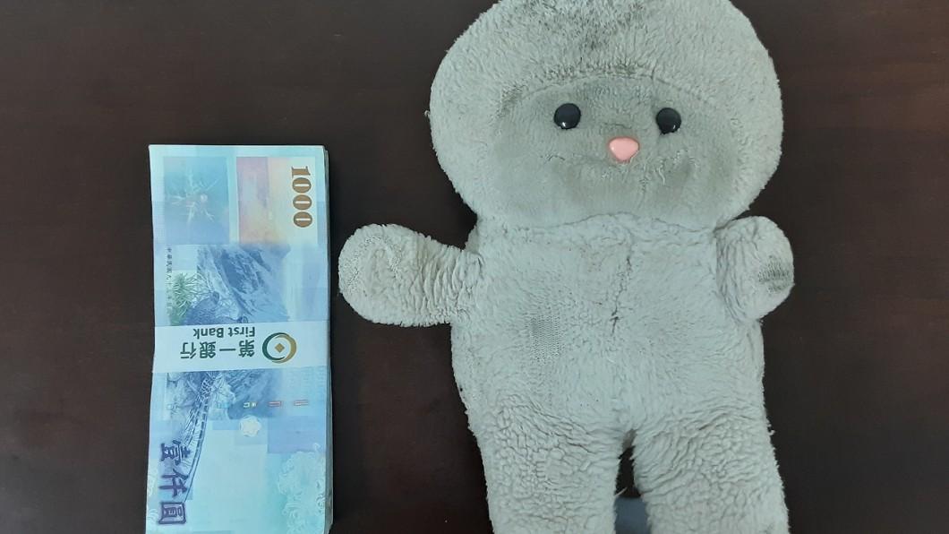 有網友重金懸賞十萬台幣找這隻原為粉紅色的娃娃。(圖/翻攝自PTT八卦版) 「重金懸賞十萬」找這隻粉色娃娃 網驚:體內有藏寶圖?