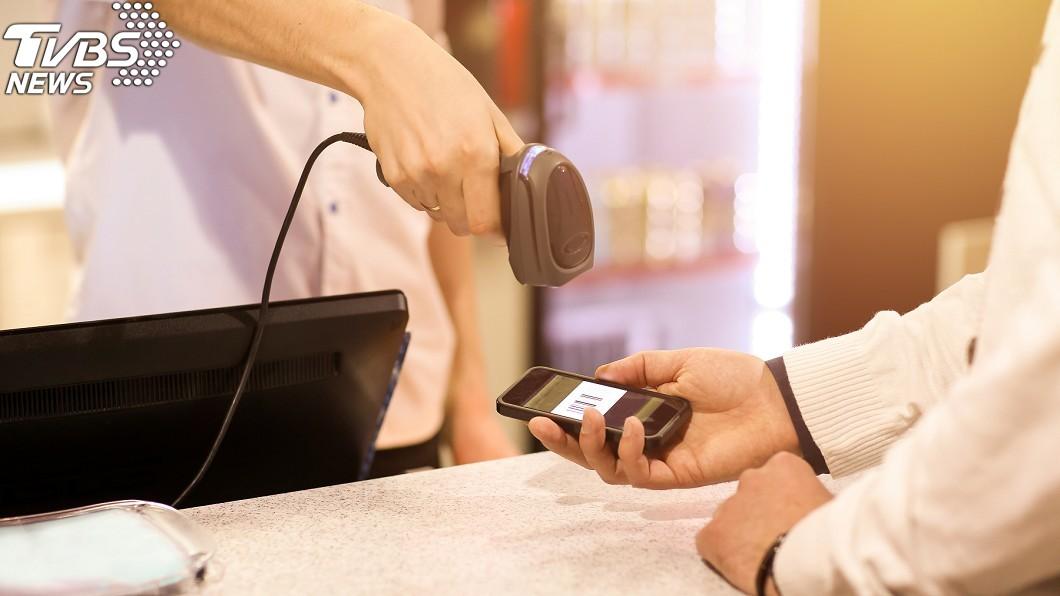 刷手機條碼示意圖,與本文無關。(圖/TVBS) 刷女客手機條碼「對話超母湯」 網看完秒懂:老司機是你