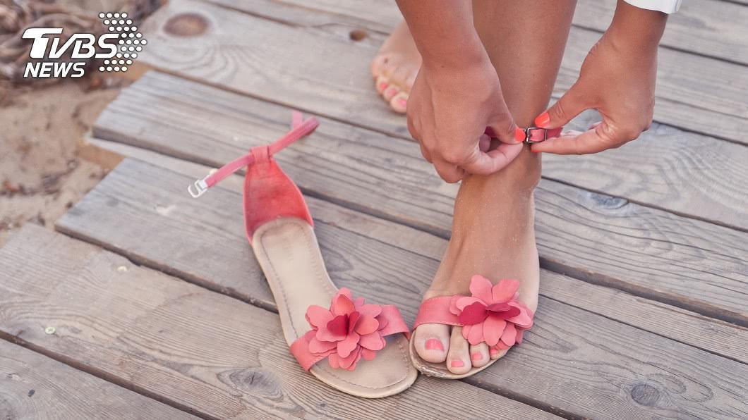 近日一張「假腳涼鞋」的照片在網路上瘋傳。(示意圖/TVBS) 網瘋傳「假腳涼鞋」譏笑 內行人揭真相:沒同理心…