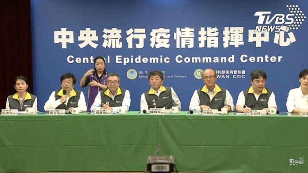 中央流行疫情指揮中心記者會。(圖/TVBS) 11歲確診男童「寒假曾補習」 同學需隔離不得上學
