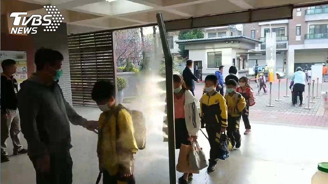 示意圖/TVBS資料畫面 「次氯酸」噴霧隧道替學童消毒 醫師怒了:不要亂亂用!