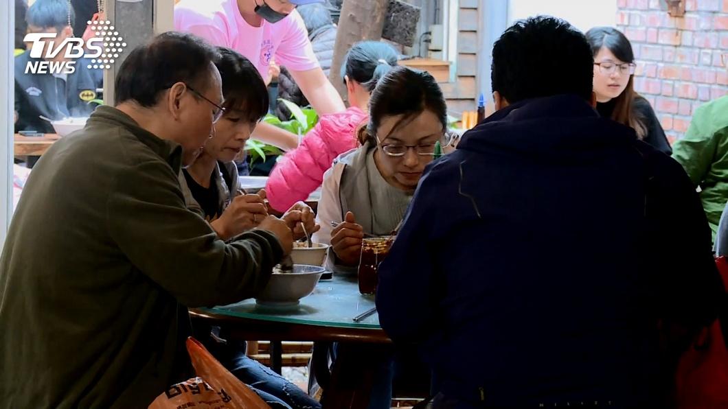 現代人因為工作忙碌,幾乎成了外食族。(示意圖/TVBS) 去小吃店點「古早味湯麵」 店家送上他傻眼:這麼寒酸?