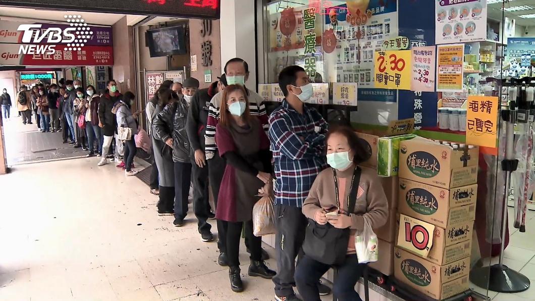 先前各地出現為了買口罩而大排長龍的景象。(TVBS資料圖) 排隊買口罩還是買不到 他獻策「這招」免排網激推