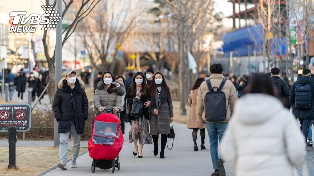 南韓疫情失控,民眾不敢輕忽紛紛戴上口罩。(圖/TVBS) 南韓確診破千例「哪步走錯」 網揪3大主因:不淪陷都難