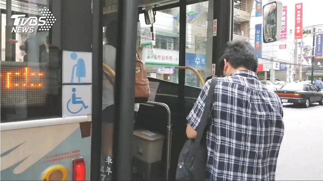 網友討論台北公車新舊制哪個比較好 (圖/TVBS) 他喊台北「公車上下刷」塞爆 網一面倒反駁:很方便