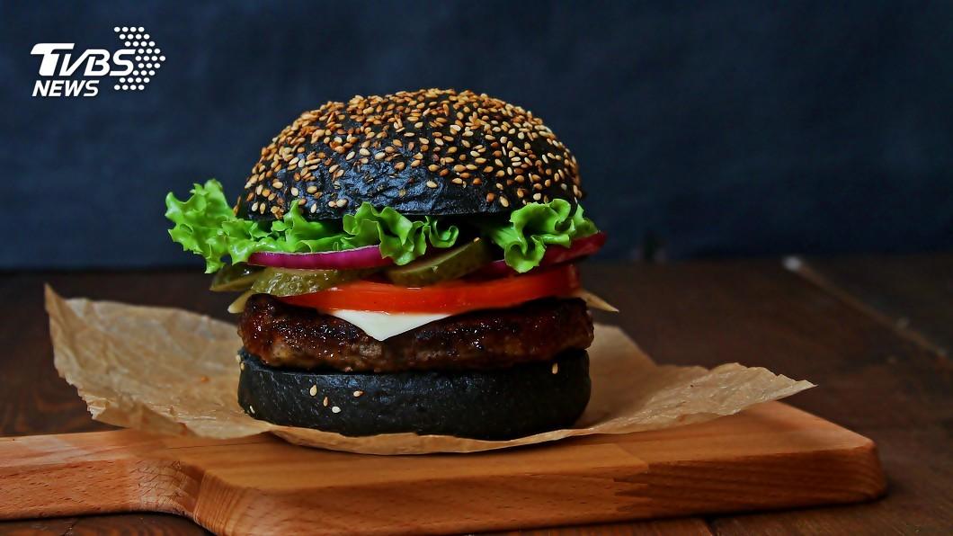 示意圖/TVBS 全黑漢堡、紅通通漢堡 東京美味吹百變風