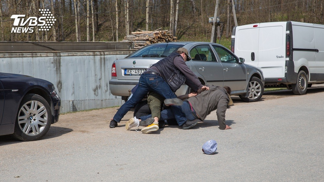 1名涉犯毒品案的男子疑似債務糾紛,遭對方強擄毆打餵毒致死,棄屍山區5個月成白骨。(示意圖/TVBS) 欠錢不還遭擄走餵毒 男被痛毆致死棄屍5月成白骨