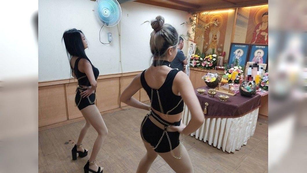 最近LINE群組上流傳好幾張辣妹在靈堂前勁歌熱舞的照片。(圖/網友提供) 熱褲辣妹靈前勁歌熱舞 另類送行竟是「往生者愛這味」