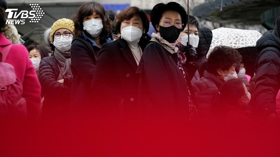 圖/達志影像路透社 韓國口罩限購5片 民眾不畏低溫凌晨排隊搶購