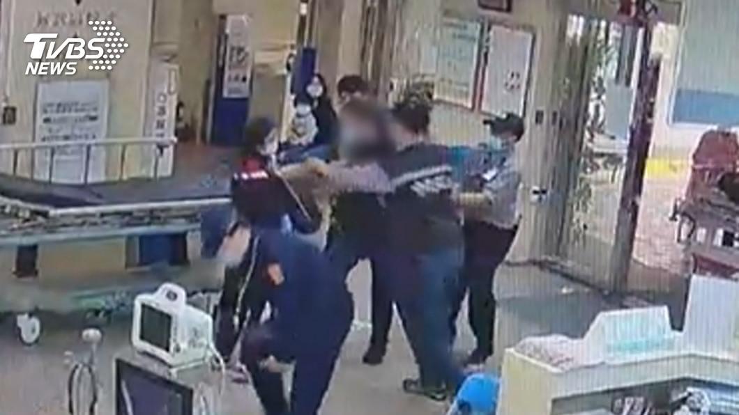 圖中人物非新聞內容相關人士。(示意圖/TVBS資料畫面) 毒駕送醫「討嘸止痛針」 男持刀嗆護理師:拿刀捅妳或是砍醫生!