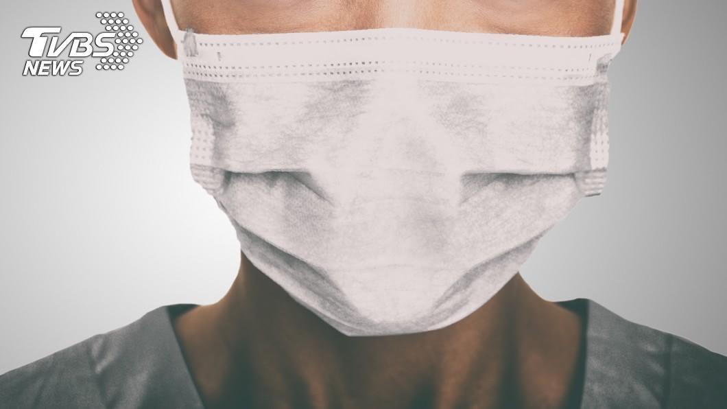 菲律賓小學畢業典禮學生們輪流戴上同一片口罩拍照。(示意圖/TVBS) 老師你認真? 菲小學畢典驚見「一片口罩」輪流戴