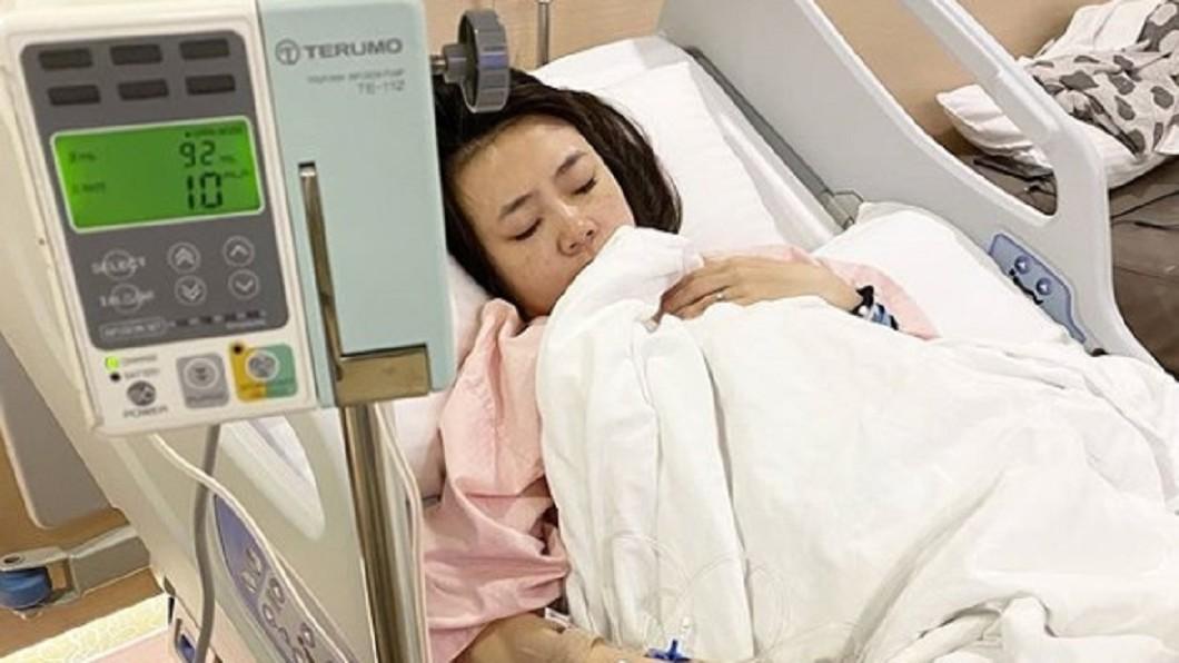 二伯曬出躺在病床上的照片報平安。(圖/翻攝自二伯IG) 蔡阿嘎遇襲推測目標是他!二伯「吊點滴安胎」曝現況