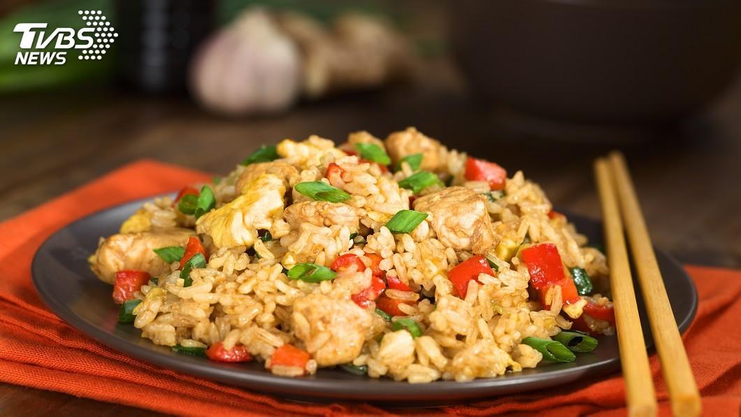 1盤美味的炒飯,常會讓民眾垂涎欲滴。(示意圖/TVBS) 點炒飯吃驚見1顆「蟑螂蛋」 店員瞎掰:那是紅豆