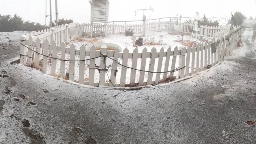 圖/氣象局提供 冷氣團發威! 玉山清晨降3月雪化身銀白世界