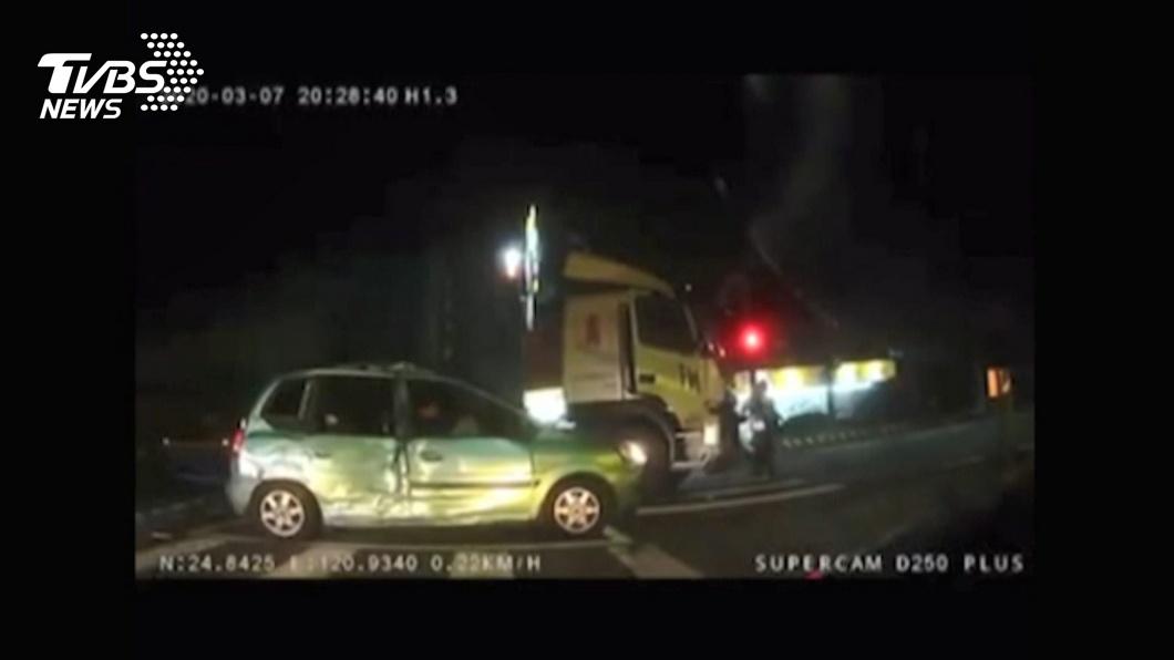 圖/TVBS 碰!轉彎疑未禮讓直行車 遭貨櫃車撞飛
