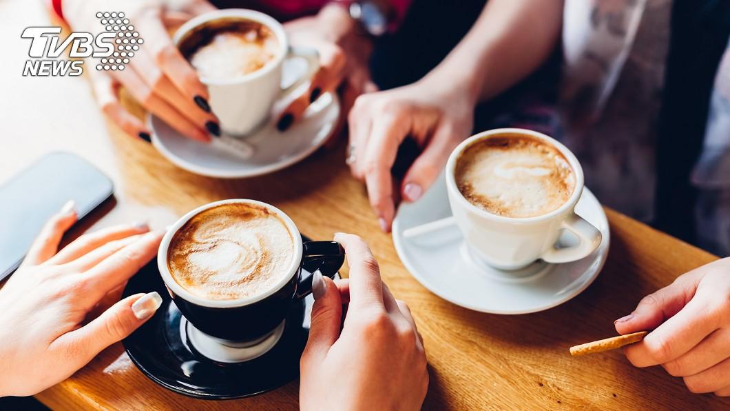 連鎖咖啡店紛紛祭出優惠。(示意圖/shutterstock 達志影像) 上班小確幸喝一波!連鎖咖啡店限時「買1送1」搶客