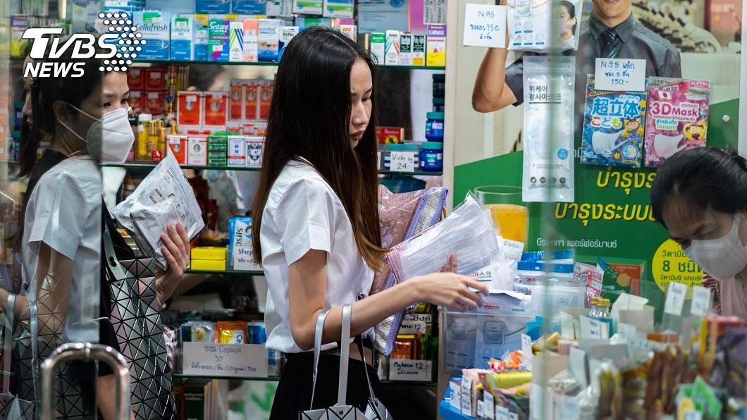 新冠肺炎(COVID-19)疫情延燒。(示意圖/TVBS) 實名制口罩改成網購超方便? 網掀正反論戰