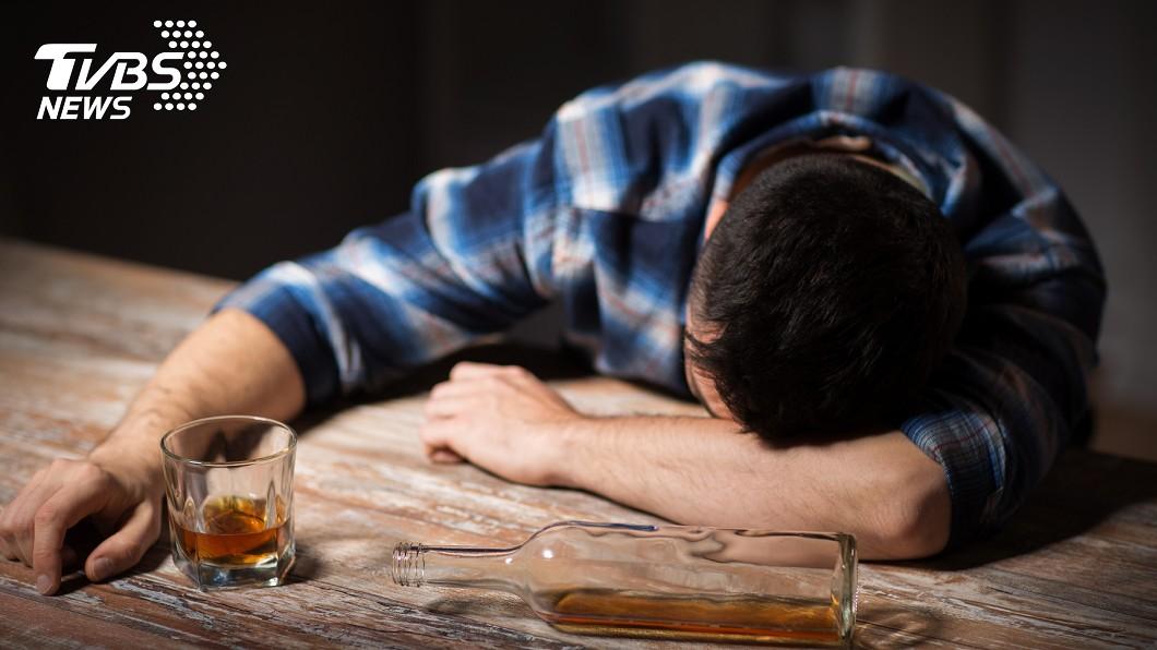 伊朗民眾誤信偏方「喝酒消毒」,導致27人甲醇中毒身亡。(示意圖/TVBS) 喝酒可消毒防疫?誤信偏方27人甲醇中毒亡