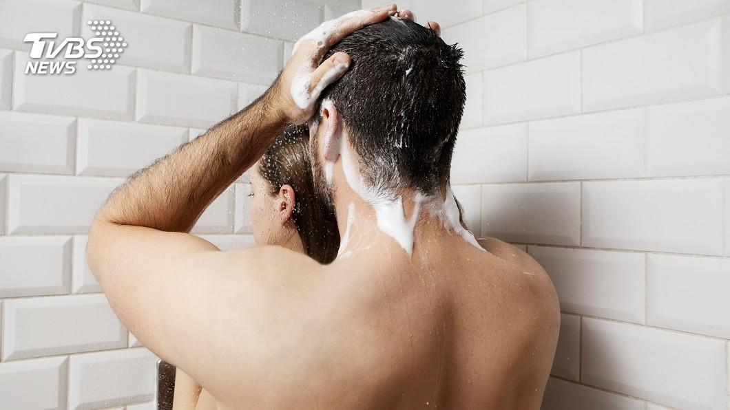 1名人夫手殘,誤將自己和小三的共浴照傳給妻子。(示意圖/TVBS) 4億多金人夫偷吃越女 手殘誤傳共浴照給空姐妻