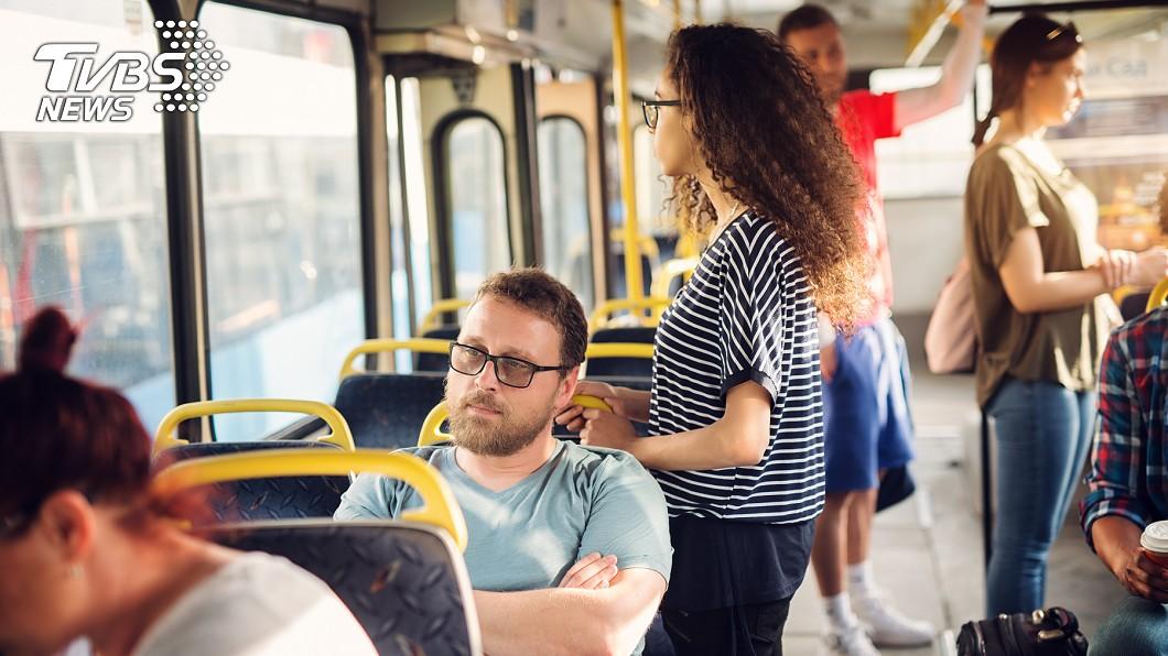 疫情期間,許多人對於搭乘大眾交通工具感到恐慌。(示意圖/TVBS) 肺炎恐慌!男子咳嗽遭司機大罵「滾下公車」