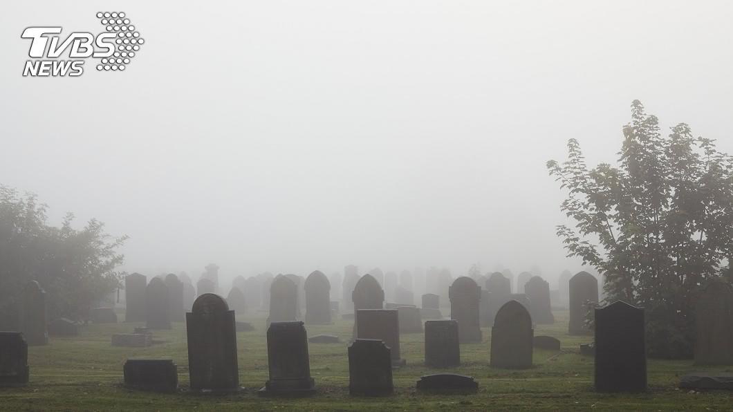 英國一名婦人在墓園摔車,警搜救稱找不到人。(示意圖/Shutterstock達志影像) 墓園騎車自摔!警搜救「找嘸人」 醉婦17小時後成凍屍