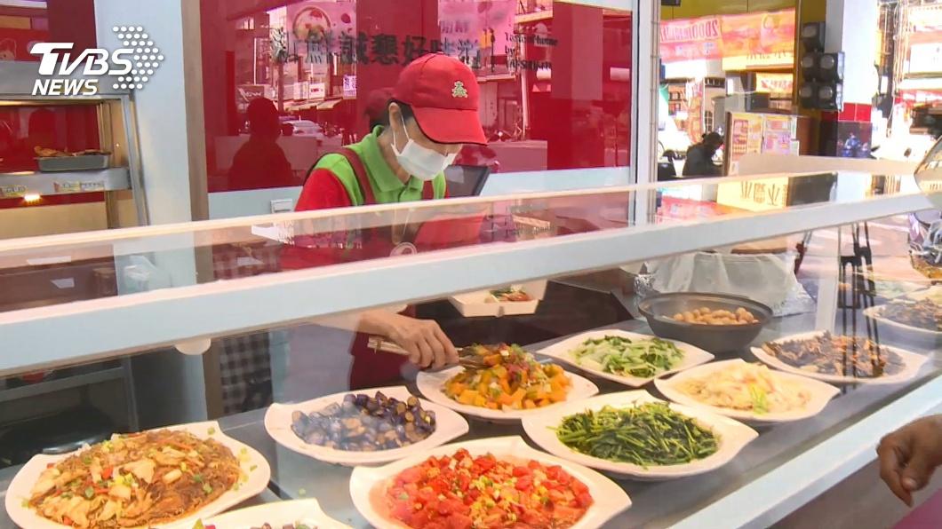 圖/TVBS 加裝防護罩!自助餐便當店 設玻璃罩防飛沫