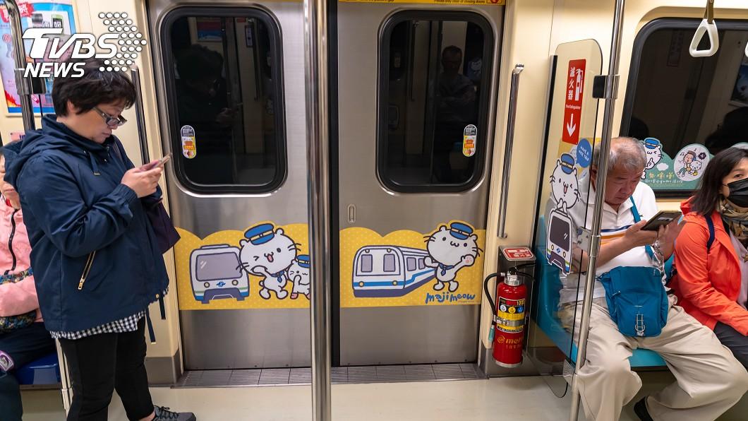 許多人進出公共場所都會戴口罩預防飛沫傳染。(示意圖/TVBS) 他搭乘捷運沒戴口罩…「1舉動」惹眾怒:太過分了