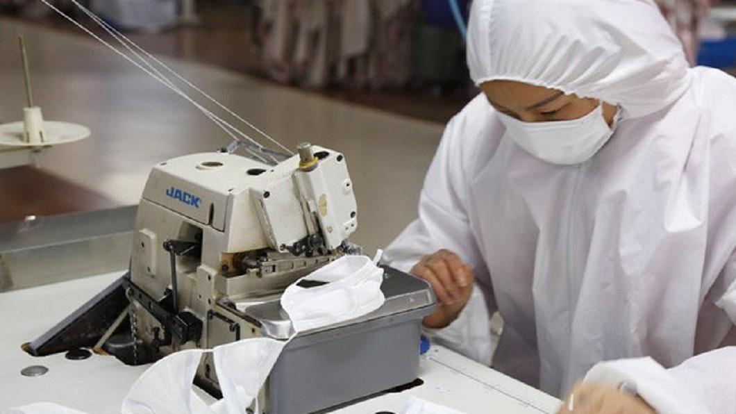 中國大陸已破8萬起確診病例。(圖/翻攝自微博) 中國大陸發明「防護鼻罩」輕鬆進食…網傻眼:脫褲子放屁