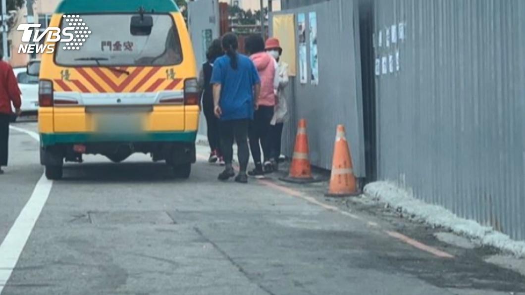 圖/TVBS 嚇!娃娃車失控男童慘捲車底 家長合力抬車救人