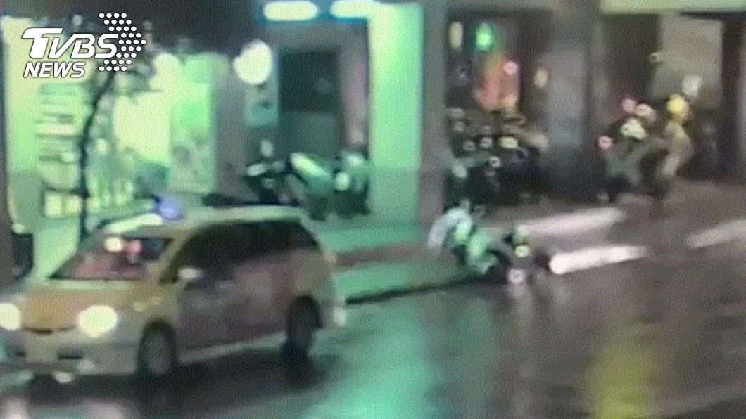 林姓騎士路邊遭王嫌持刀刺殺倒地,送醫不治。(圖/TVBS) 男與妻吵架街頭隨機殺人 持刀狠刺無辜路人送醫不治