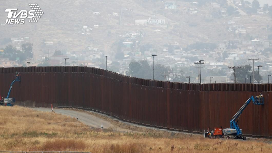 川普上任之後,不斷地在美墨邊境築起高牆,防堵他國人民企圖潛入美國。(圖/達志影像美聯社) 19歲選美冠軍挺7月孕肚 翻美墨高牆墜6公尺一屍兩命