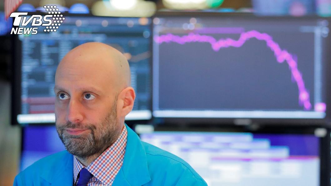 美股道瓊工業指數暴跌近3千點,創下史上最大跌幅。(圖/達志影像路透社) 美股開盤就熔斷 道瓊崩跌2997點史上最慘