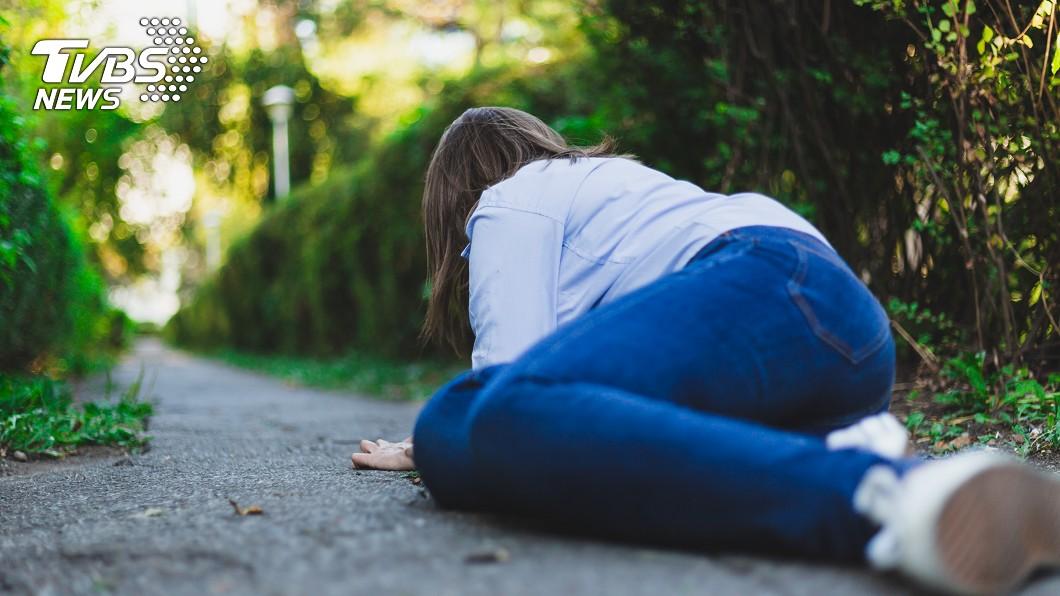 女友當街昏倒,男生嫌急診費很貴,不願叫救護車。(示意圖/TVBS) 女友當街昏倒…他喊「急診很貴」別叫救護車 網轟:渣男
