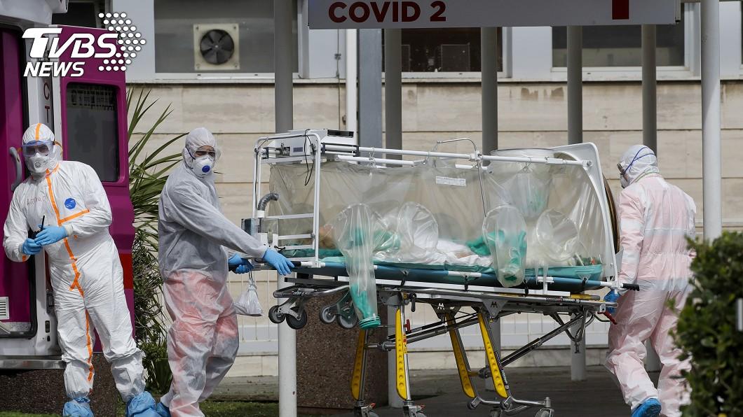 義大利醫療資源嚴重不足。 (圖/達志影像美聯社) 疫情失控!義國萬名醫科畢業生免國考 提前投入救援