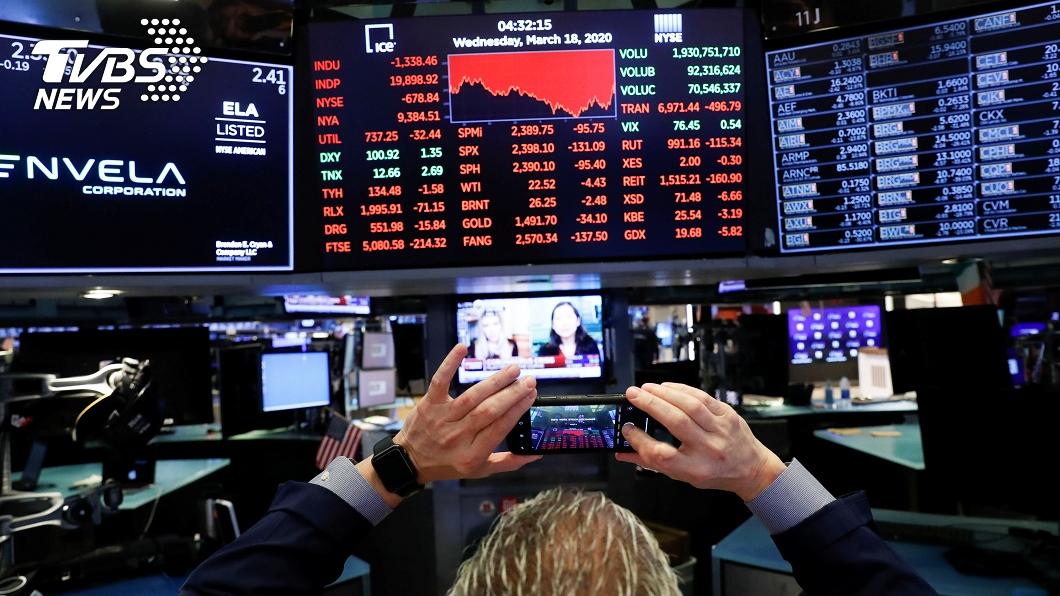 美股今天再度重挫1338點,跌破2萬點關卡。(圖/達志影像路透社) 恐慌賣壓再現 美股道瓊重挫跌破2萬點關卡