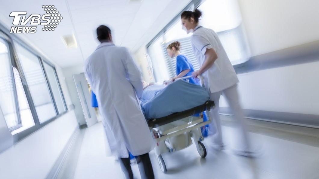 新冠肺炎傳播迅速,第一線醫護人員十分辛苦。(示意圖/TVBS) 「遇到確診就無法回家」 醫護人員曝辛酸