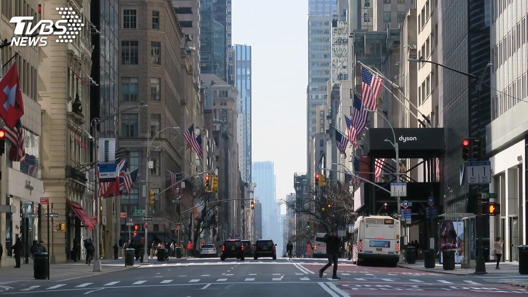 圖/中央社 疫情肆虐下紐約宛如空城 景氣回春遙遙無期