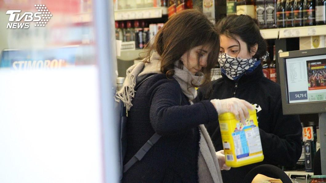 圖/中央社 布魯塞爾防疫如空城 口罩缺貨民眾戴手套採買