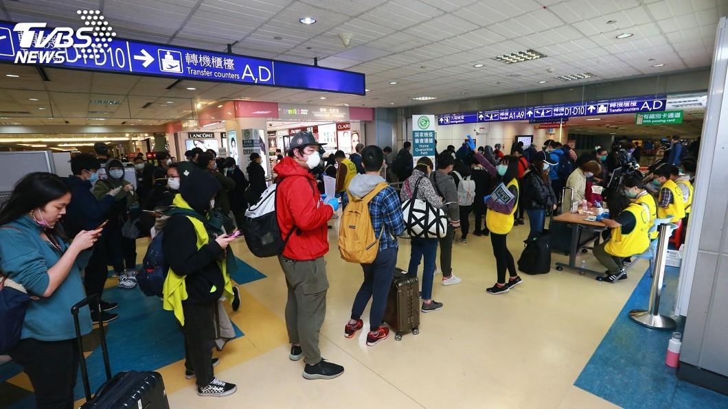 圖/中央社 人潮擠爆桃機!武漢肺炎疫情延燒 旅客返台量激增