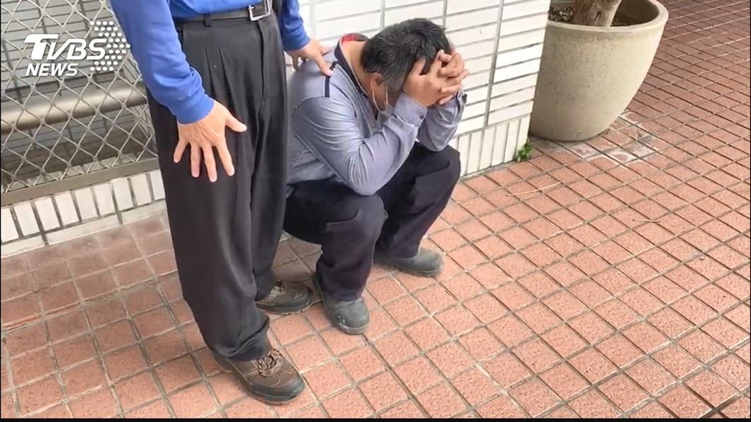 兒子犯下殺人重罪,父親抱頭痛哭。(圖/TVBS) 丟美工刀刺死同學…母靈堂下跪十分鐘泣:我兒不是故意的
