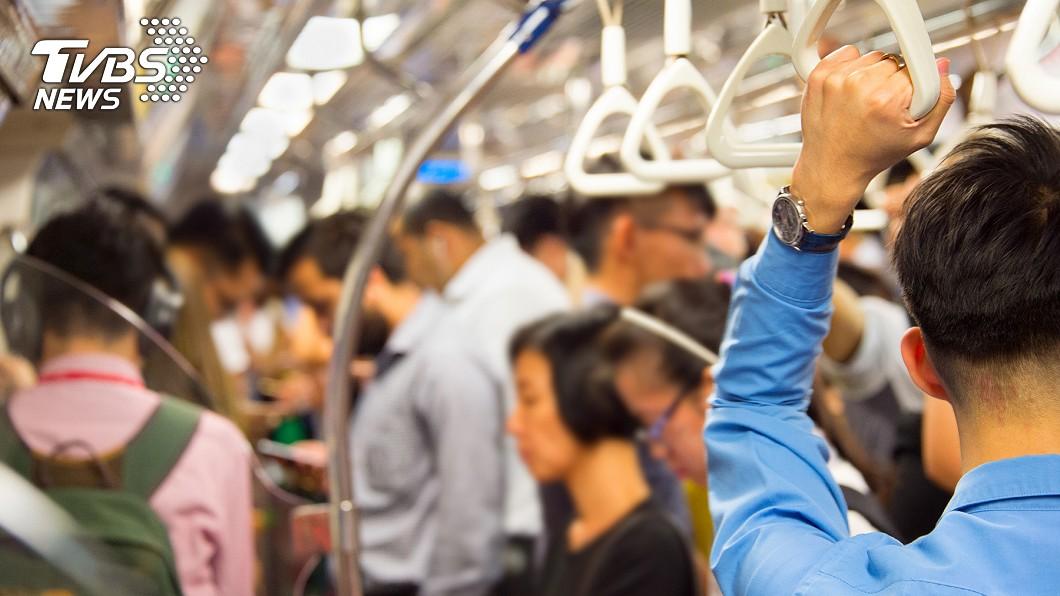 許多人通勤或連假會選擇搭乘大眾運輸工具。(示意圖/TVBS) 恐狂沾病毒!醫教你躲開 大眾運輸「隱藏危險點」
