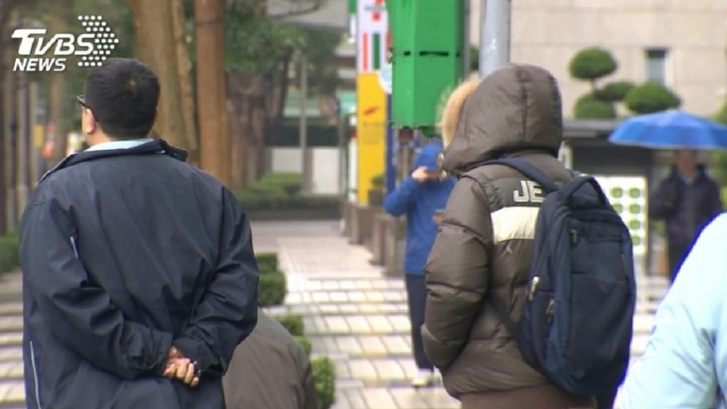 中央氣象局提醒準備保暖衣物。(圖/TVBS資料畫面) 大衣拿出來!兩波變天「今跌8度」週末更冷探14度