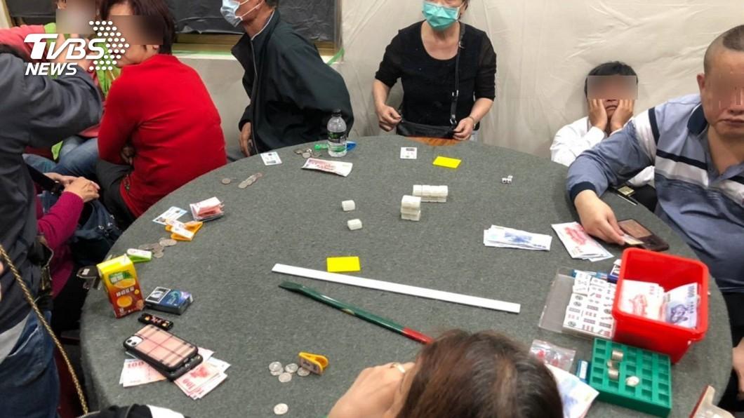 圖/賭客大多沒戴口罩 不怕感染新冠肺炎!夜夜生意旺 賭客拿命博