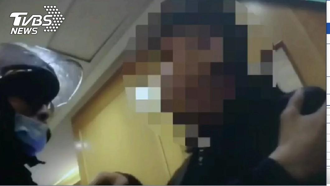拒戴口罩又嗆聲遭壓制(圖/TVBS) 「我得武漢啦」!酒醉大鬧KTV 男亂講話遭逮