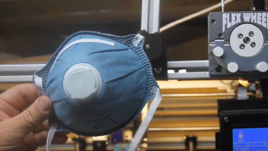 圖/翻攝自Flex Wheel YouTube 3D列印小兵立大功 一秒變身口罩生產線