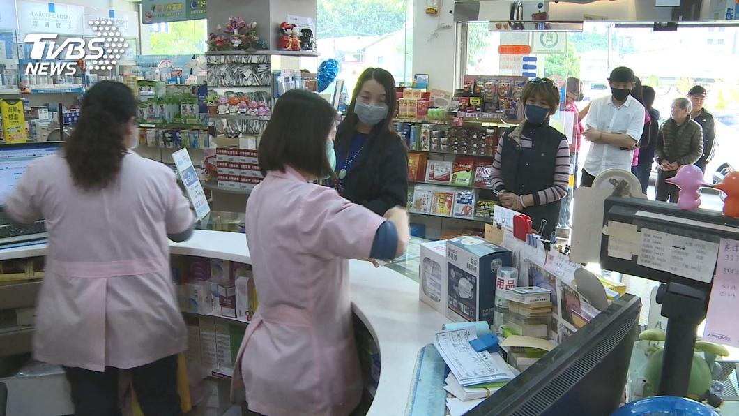 實施口罩實名制後,許多人排隊買口罩讓藥師忙得不可開交。(圖/TVBS) 妹子提能量飲料進藥局!以為要推銷 神反轉暖哭藥師