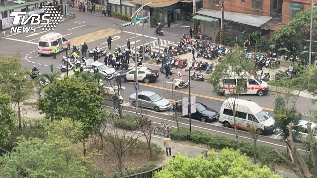 圖/TVBS 砰砰!停車!  毒販拒檢衝撞 警開12槍逮人