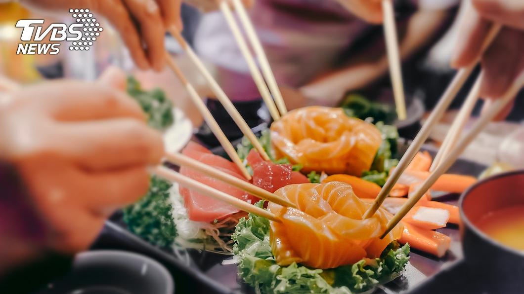 許多人喜歡吃生魚片。(示意圖,與事件無關。圖/TVBS) 愛吃生魚片注意! 「海獸胃線蟲」近40年暴增283倍