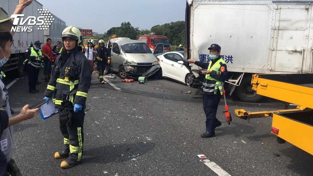 國道3號土城北上路發生7車連環撞車禍。(圖/新北市消防局提供) 國道3號「7車連環撞」 1人命危全線封閉