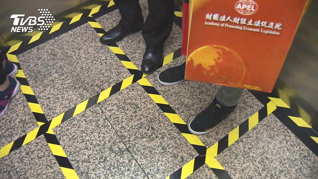 圖/TVBS資料畫面 立法院防疫升級 電梯貼九宮格限制搭乘人數